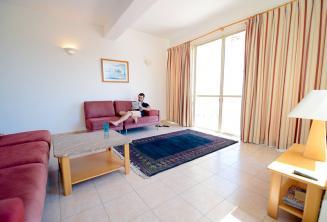 Ampio soggiorno in un appartamento condiviso