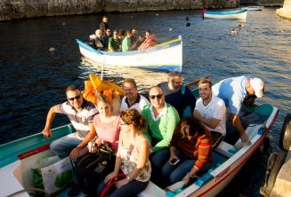 Gli studenti pronti per una gita in barca a Blue Grotto.