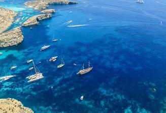 Le barche che navigaano da Comino, Malta
