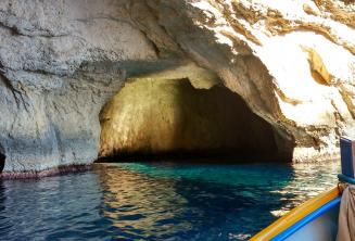 Dentro le grotte di Blue Grotto.