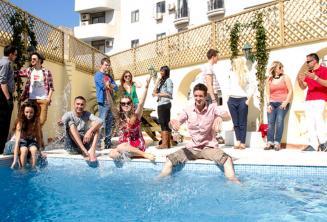 Gli studenti si rifrescano in piscina