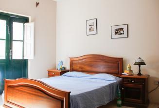 Una camera da letto in una famiglia ospitante a St Julians