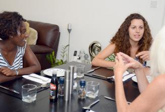 Gli studenti a tavola con una famiglia ospitante di St Julinas