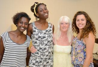 Studenti di lingua inglese in posa con la famiglia ospitante