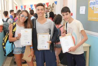 3 studenti con i loro certificati di fine corso