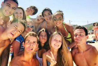 Gli studenti fanno smorfie divertenti in spiaggia