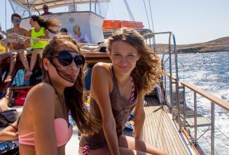 2 studentesse in gita in barca