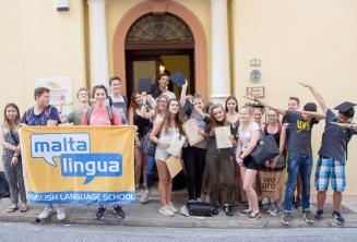 Foto di gruppo con i certificati a Maltalingua