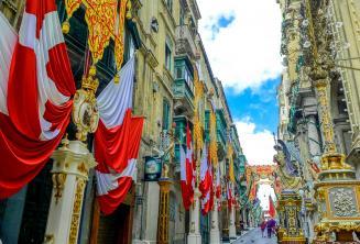 Una strada a La Valletta decorata con bandiere