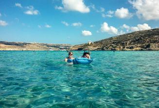 Gli studenti della scuola di lingua nuotano nella Blue Lagoon a Comino