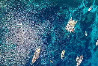 Foto aerea di barche in Crystal Bay, Comino